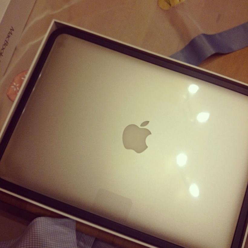 Am Wochenende wartete dieses Schätzchen auf mich. Da mein MacBook schon etwas in die Jahre gekommen ist :)
