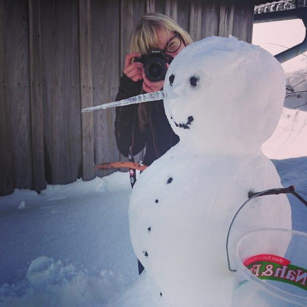 Da Weihnachten sich derzeit als Ostern tarnt, haben wir auch gleich mal einen Schneemann gebaut. Inklusive cooler Eisnase :)