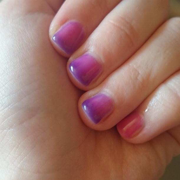 Gestern habe ich durch Zufall gesehen, dass ich vor einem Jahr dieses coole Thermo Gel auf den Nägeln hatte. Mama hat es mir dann wieder so gemacht und nun habe ich wieder Pink-Lila Nägel :)