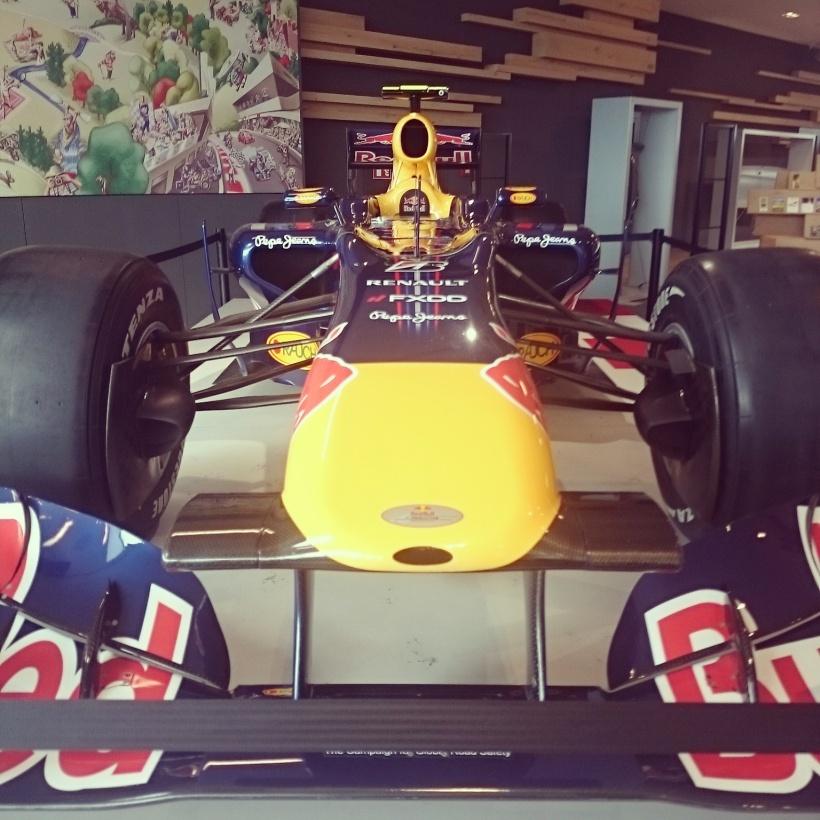 Papa und ich fuhren das Zeugnisgeschenk von mir holen und da stand dann zufällig ein F1 Auto rum ;)
