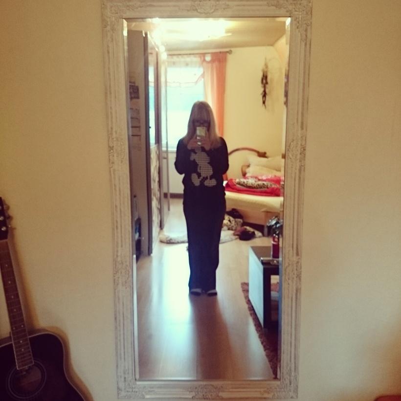"""Aus meinem mehr oder weniger ernst gemeinten """"Ich hätte gerne einen Spiegel im Zimmer"""" wurde irgendwie ernst. Hübsch, oder?"""