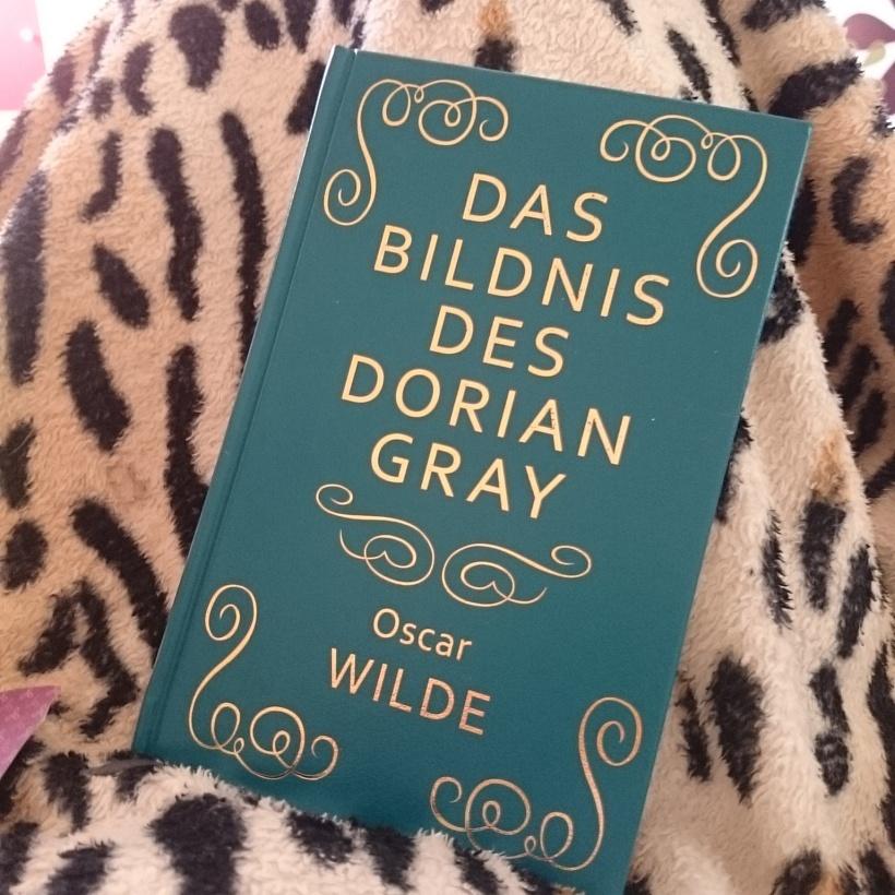 Grey ausgelesen und schon ein neues Buch begonnen. Auch eines der Lederbücher :)