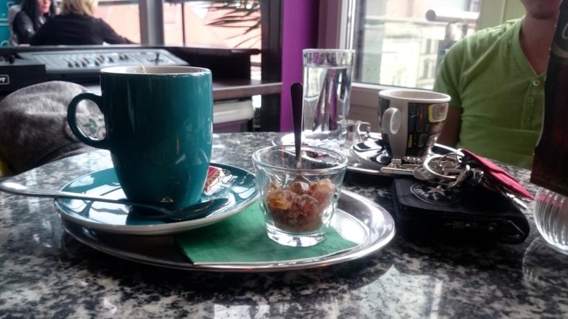 Für mich gab's Tee, Stefan die alte Kaffeetante trank natürlich einen Verlängerten. Prost!